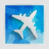 Weißbuchflugzeug auf dem blauen dreieckigen Hintergrund Stockfoto