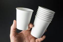 Weißbuchschale für Soda, Saft, Tee und Kaffee in der Mannhand Raum für Text, Modell lizenzfreie stockfotos