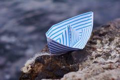Weißbuchschiff mit blauen Linien auf dem Felsen Lizenzfreie Stockfotografie