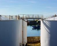 Weiße Öl-Speicherung Behälter und Boot Lizenzfreie Stockfotografie