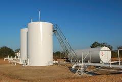Weiße Öltanks Stockfoto