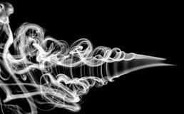 Weiße Abstraktion: magisches Rauchmuster auf Schwarzem Stockfoto