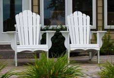 Weiße Adirondack-Stühle Lizenzfreie Stockfotos