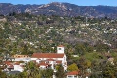 Weiße Adobe-methodistische Kirche bringt Gebirgs-Santa Barbara-alifo unter Stockfotos
