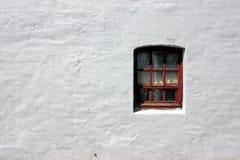 Weiße alte Backsteinmauer mit Fenster Stockfotos