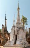 Weiße alte birmanische buddhistische Pagoden Stockbilder