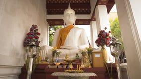 Weiße alte Buddha-Statue in der Front neben der alten Vihara-Halle bei Wat Rakhang Khositaram Temple, Thailand Stockfoto