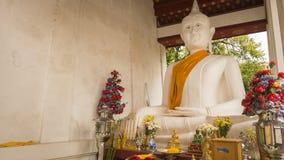 Weiße alte Buddha-Statue in der Front neben der alten Vihara-Halle bei Wat Rakhang Khositaram Temple, Thailand Lizenzfreie Stockbilder