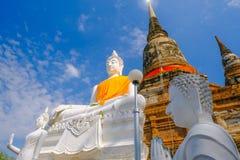 Weiße alte Buddha-Statue mit Hintergrund des blauen Himmels an Wat Yai Chai Mongkhon Old-Tempel Lizenzfreie Stockbilder