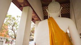 Weiße alte Buddha-Statue ziehen herein sich neben der alten Vihara-Halle in Wat Rakhang Khositaram In Bangkok Thailand zurück Lizenzfreie Stockbilder