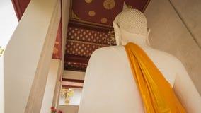 Weiße alte Buddha-Statue ziehen herein sich neben der alten Vihara-Halle in Wat Rakhang Khositaram In Bangkok Thailand zurück Stockbild