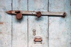 Weiße alte Holztür, Farbenkrümel, verrostete Metallmist, altes Schloss, Weinlesehintergrund Lizenzfreies Stockbild