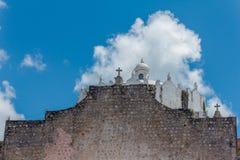 Weiße alte Kirche mit Wolken lizenzfreies stockbild