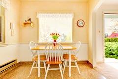 Weiße alte kleine Küche in der amerikanischen Hausgestalt 1942. Lizenzfreies Stockfoto