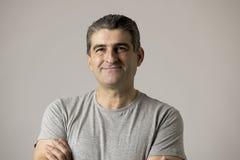 Weiße alte lächelnde glückliche Vertretung des Mannes 40 bis 50 Jahre nett und positiver Gesichtsausdruck lokalisiert auf grauem  Lizenzfreies Stockbild