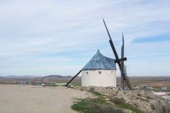 Weiße alte Windmühle auf dem Hügel nahe Consuegra Lizenzfreies Stockfoto