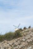 Weiße alte Windmühle auf dem Hügel nahe Consuegra Lizenzfreie Stockfotografie