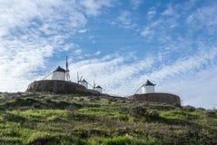 Weiße alte Windmühlen auf dem Hügel nahe Consuegra Lizenzfreie Stockbilder