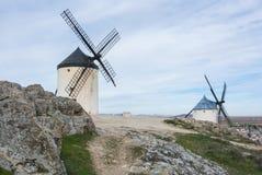 Weiße alte Windmühlen auf dem Hügel nahe Consuegra Stockfotos
