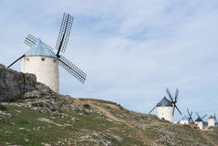 Weiße alte Windmühlen auf dem Hügel nahe Consuegra Lizenzfreie Stockfotos