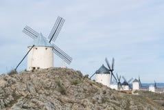 Weiße alte Windmühlen auf dem Hügel nahe Consuegra Lizenzfreie Stockfotografie
