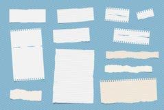 Weiße angeordnete Anmerkung, Notizbuch, Schreibheftpapierblätter fest auf blauem quadratischem Muster stock abbildung