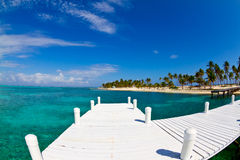Weiße Anlegestelle in einer tropischen Insel Stockfotografie