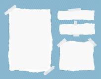 Weiße Anmerkung der unterschiedlichen Größe, Notizbuch, Schreibheftblätter, Streifen fest mit Klebeband auf quadratischem blauem  Lizenzfreie Stockfotos