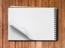 Weiße Anmerkungs-Buch-Leerseite auf hölzernem horizontalem Stockfoto