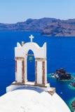 Weiße Architektur von Oia-Stadt auf Santorini-Insel Stockfoto