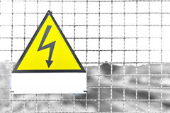 Weiße Aufkleber Text-Dreieck-Gelb-Metallschildzugablagerung in ita Stockfotos