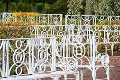 Weiße Bänke Tsarskoye Selo St Petersburg Russland Stockfotografie