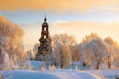 Weiße Bäume auf Hügel um alte Kirche stockbild
