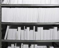 Weiße Bücher in einem Regal Stockfotografie