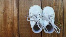 Weiße Babyschuhe Lizenzfreie Stockfotos