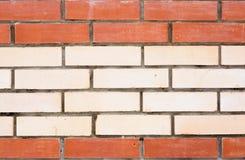 Weiße Backsteinmauer mit einem roten Muster, einer Beschaffenheit oder einem Hintergrund Lizenzfreies Stockfoto