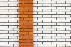 Weiße Backsteinmauer mit rotem Streifen Stockfotografie