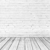 Weiße Backsteinmauer und Bretterboden, abstrakter Innenraum Stockfotos