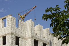 Weiße Backsteinmauern des Neubaus auf einem Hintergrund des blauen Himmels Lizenzfreie Stockfotos