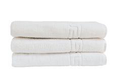 Weiße Badetücher im Stapel Stockbild