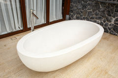 Weiße Badewanne hergestellt vom Terrazzo stockfoto