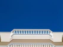 Weiße Balkonbalustraden Stockbild
