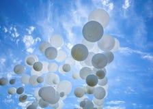 Weiße Ballone auf dem blauen Himmel Lizenzfreie Stockfotos
