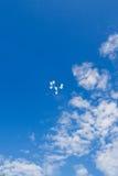 Weiße Ballone im Himmel Stockbilder