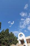 Weiße Ballone im Himmel Lizenzfreie Stockbilder
