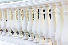 Weiße Baluster Abstraktes Architekturinnenraumfragment Stockbilder