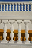 Weiße Baluster auf den gelben und blauen Hintergründen Lizenzfreie Stockfotografie