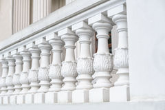 Weiße Balustrade auf der wieder hergestellten Fassade des Gebäudes lizenzfreies stockfoto