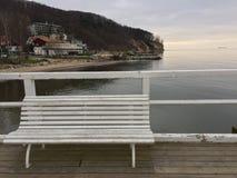 Weiße Bank auf dem Pier stockfoto
