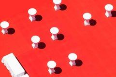 Weiße Bankettische auf Rot Lizenzfreie Stockbilder